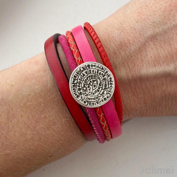 farbenfrohes Lederarmband mit kleine Phaistos Scheibe rot-pink